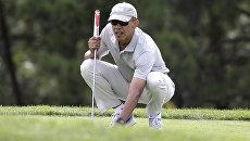 Президент США Барак Обама играет в гольф во время отпуска. Архивное фото