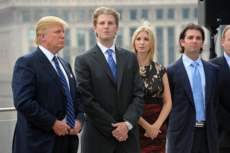 Дональд Трамп с детьми возле башни Трампа