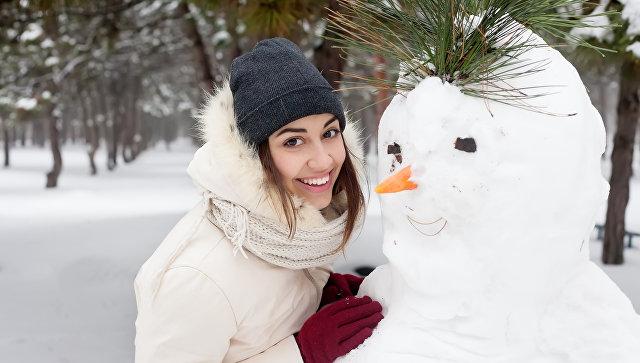 Девушка со снеговиком. Архивное фото