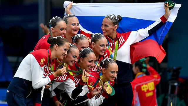 Спортсменки сборной России, завоевавшие золотые медали в произвольной программе групповых соревнований по синхронному плаванию на XXXI летних Олимпийских играх, на церемонии награждения. Архивное фото