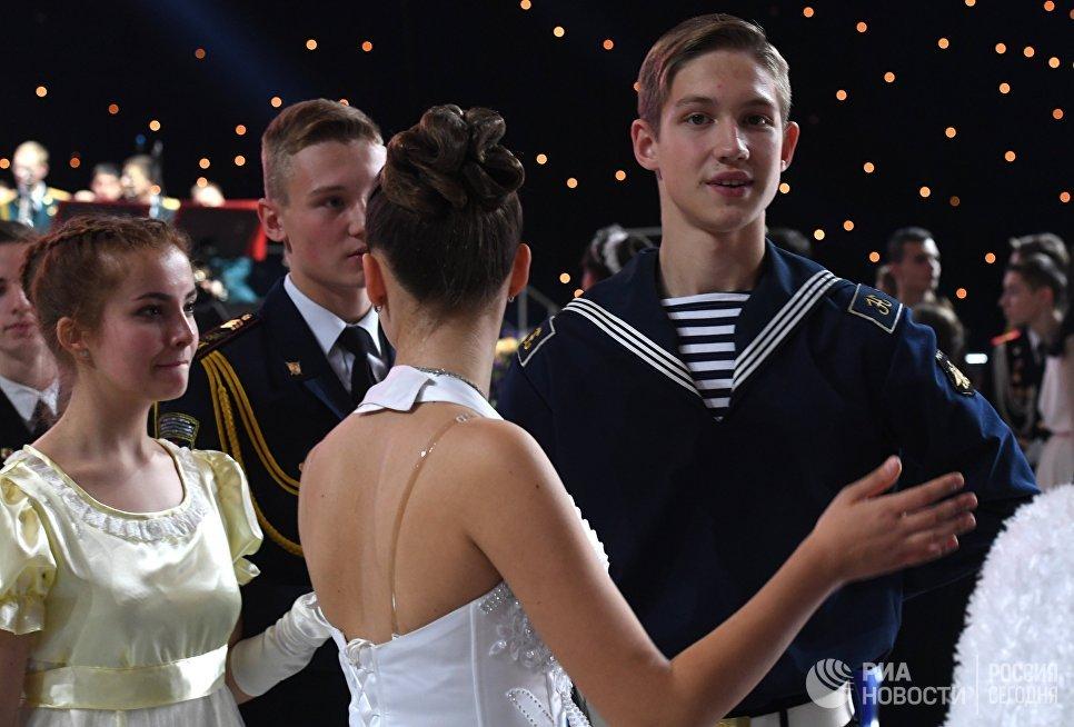 Участники Международного Кремлевского кадетского бала в Гостином дворе в Москве