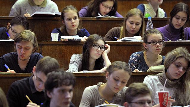 Студенты в аудитории, архивное фото