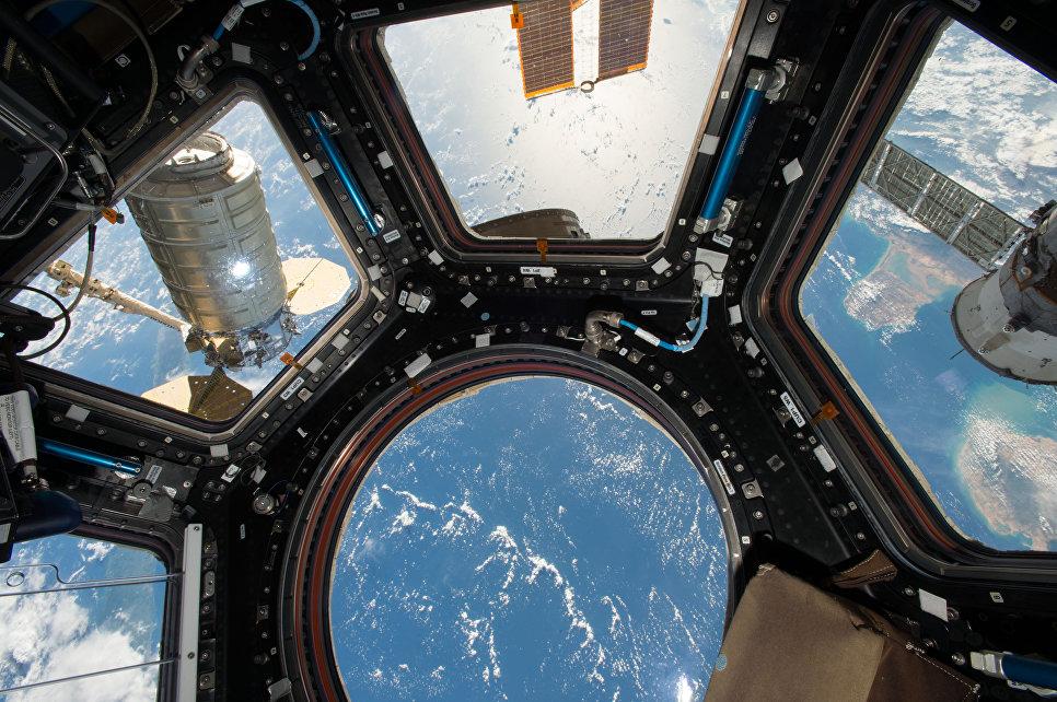 Космический грузовой корабль Cygnus прикрепленный к модулю МКС