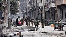 Солдаты правительственных войск в одном из освобожденных от боевиков районов Алеппо, Сирия. 12 декабря 2016
