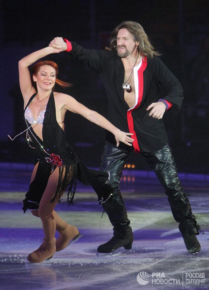 Олимпийская чемпионка 2002 года Марина Анисина и Никита Джигурда во время выступления на гала-концерте Танцы на льду в Ледовом дворце на Ходынском поле. 2007 год