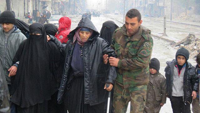 Русские военные проводят боевиков изсирийского Алеппо