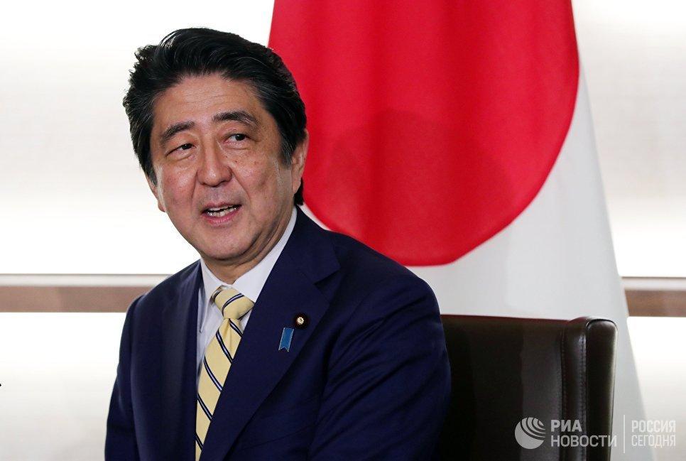 Премьер-министр Японии Синдзо Абэ во время беседы с президентом РФ Владимиром Путиным в городе Нагато