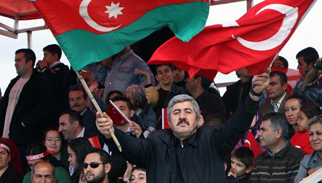 Мужчина с флагами Азербайджана и Турции. Архивное фото