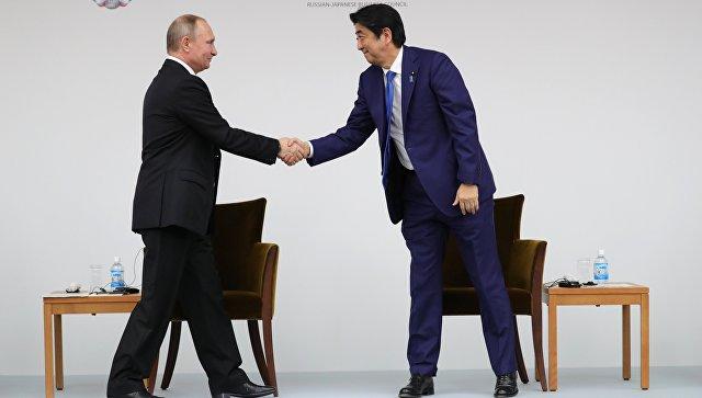 Президент РФ Владимир Путин и премьер-министр Японии Синдзо Абэ на заседании российско-японского форума деловых кругов в Токио. Архивное фото
