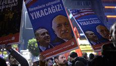 Протестующие с портретами  Фетхуллаха Гюлена и Реджепа Тайипа Эрдогана в Стамбуле. 2013 год