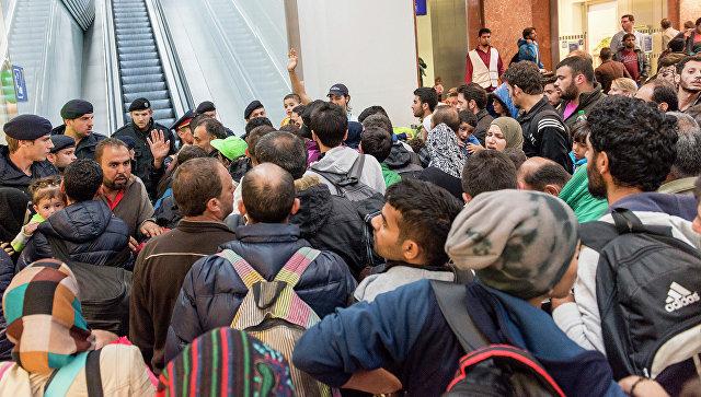 Мигранты, направляющиеся в Германию, на платформе вокзала в Австрии. Архивное фото