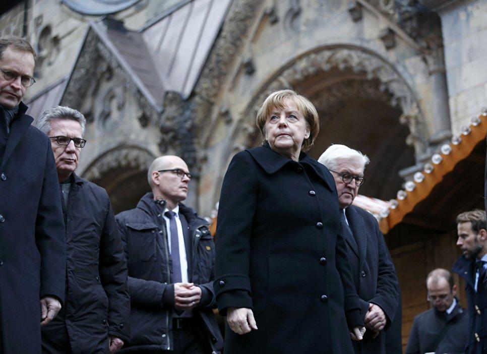 Канцлер Германии Ангела Меркель на месте трагедии в Берлине. 20 декабря 2016