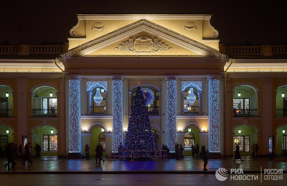 Новогодняя иллюминация на фасаде Большого гостиного двора в Санкт-Петербурге