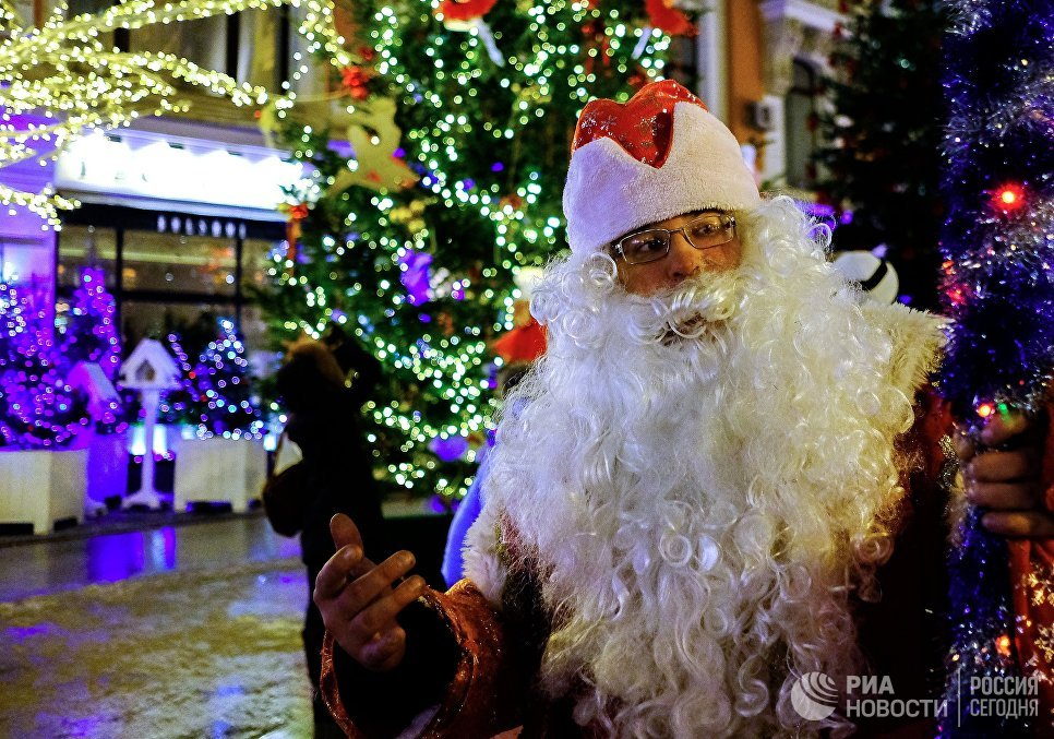 Дед Мороз на улице Петровка в Москве