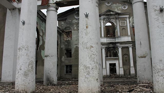 Разрушенное в результате обстрелов во время боевых действий здание городской администрации в городе Дебальцево