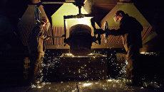 Рабочие в литейном цехе. Архивное фото