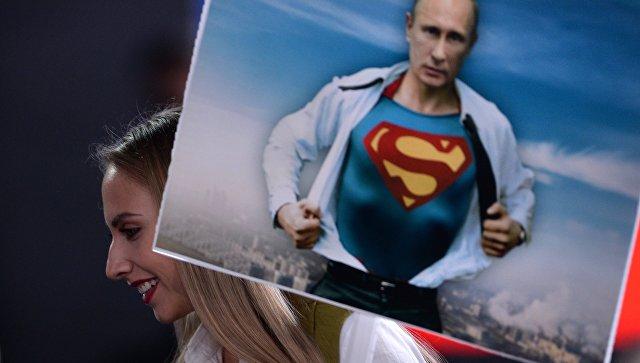 Журналист с плакатом перед началом двенадцатой большой ежегодной пресс-конференции президента РФ Владимира Путина. Архивное фото