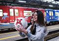 Сотрудница Московского метрополитена с футбольным мячом на торжественной презентации нового состава поезда, посвящённого Кубку конфедераций FIFA 2017