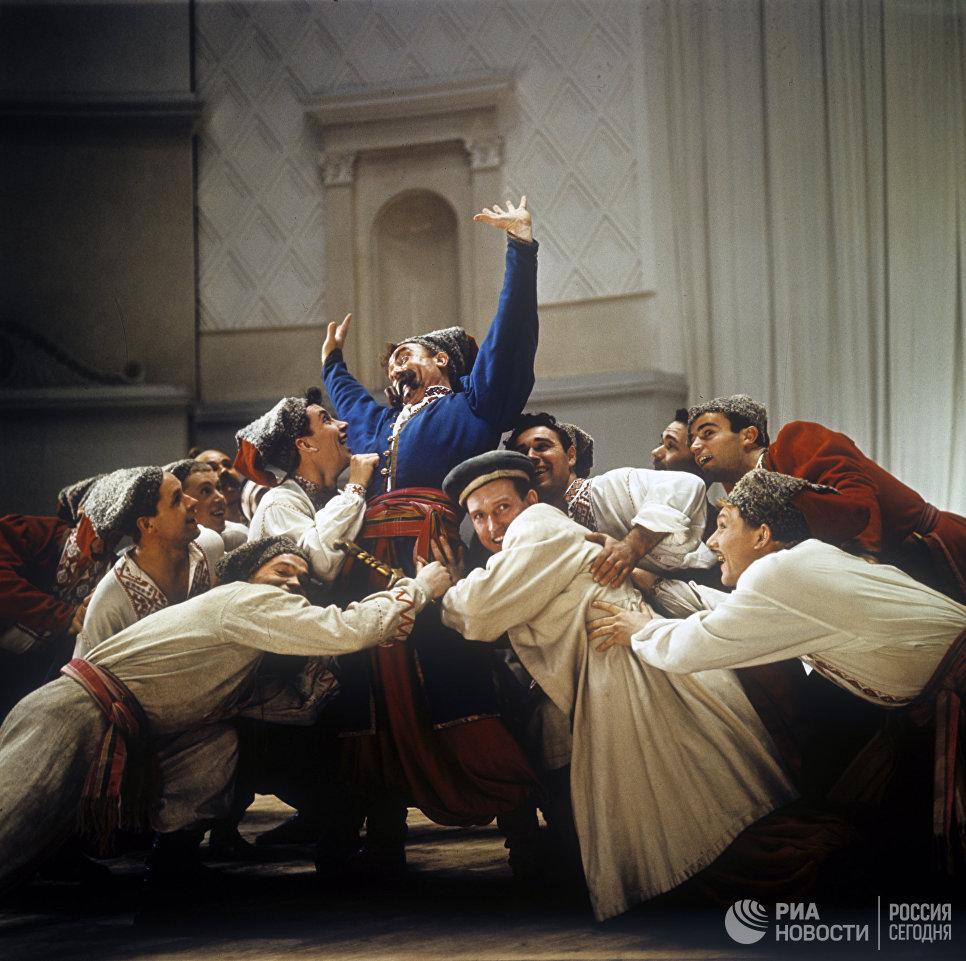 Выступление Краснознаменного ансамбля песни и пляски Советской Армии имени А. В. Александрова