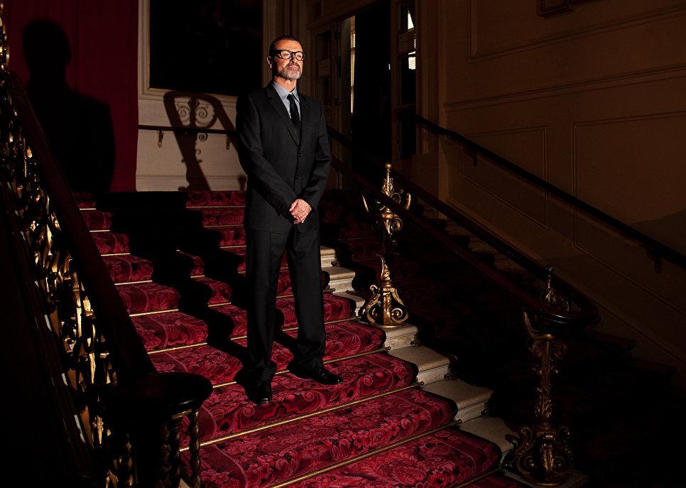 Британский певец Джордж Майкл во время пресс-конференции в Королевском оперном театре, Лондон. 2011 год