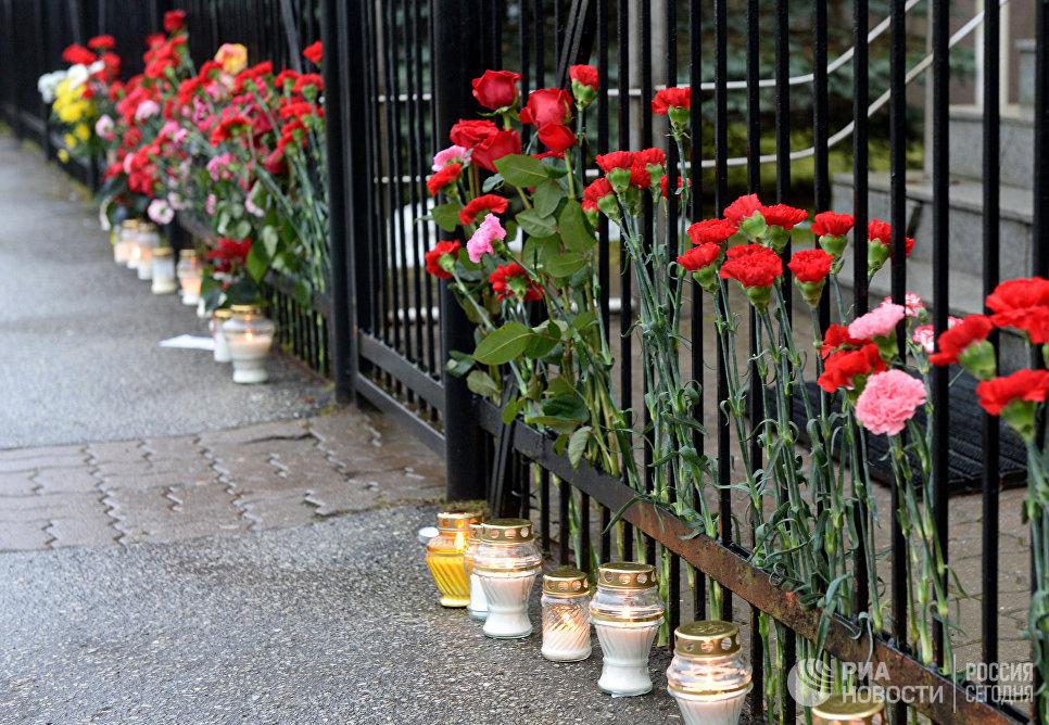 Цветы у Генерального консульства РФ в Эстонии в память о жертвах крушения ТУ-154 в Сочи