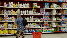 Импортные моющие и чистящие средства на полках одного из магазинов. Архивное фото