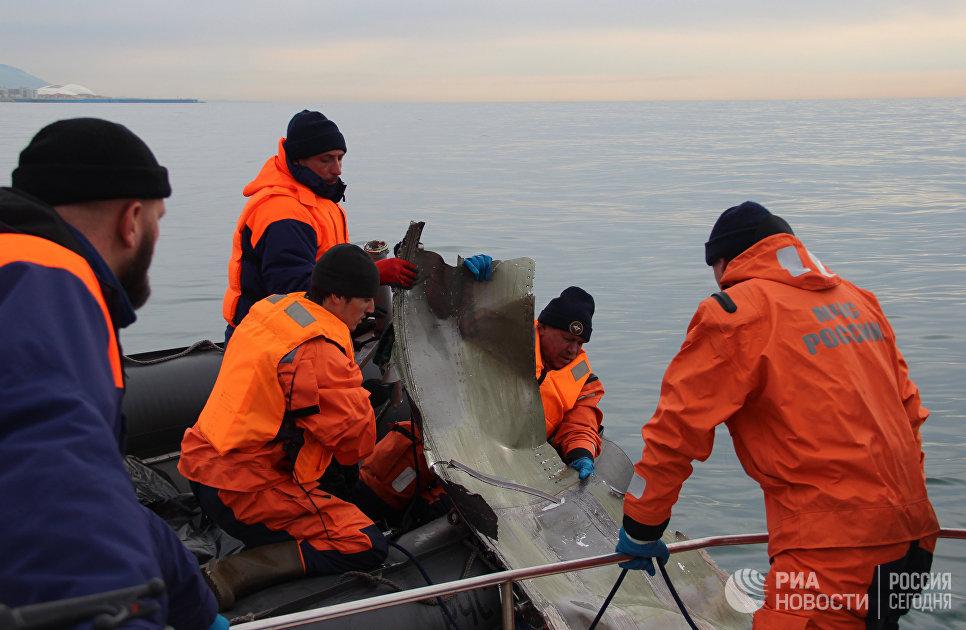 Фрагмент самолета Ту-154 во время поисковых работ на месте крушения самолета в Черном море