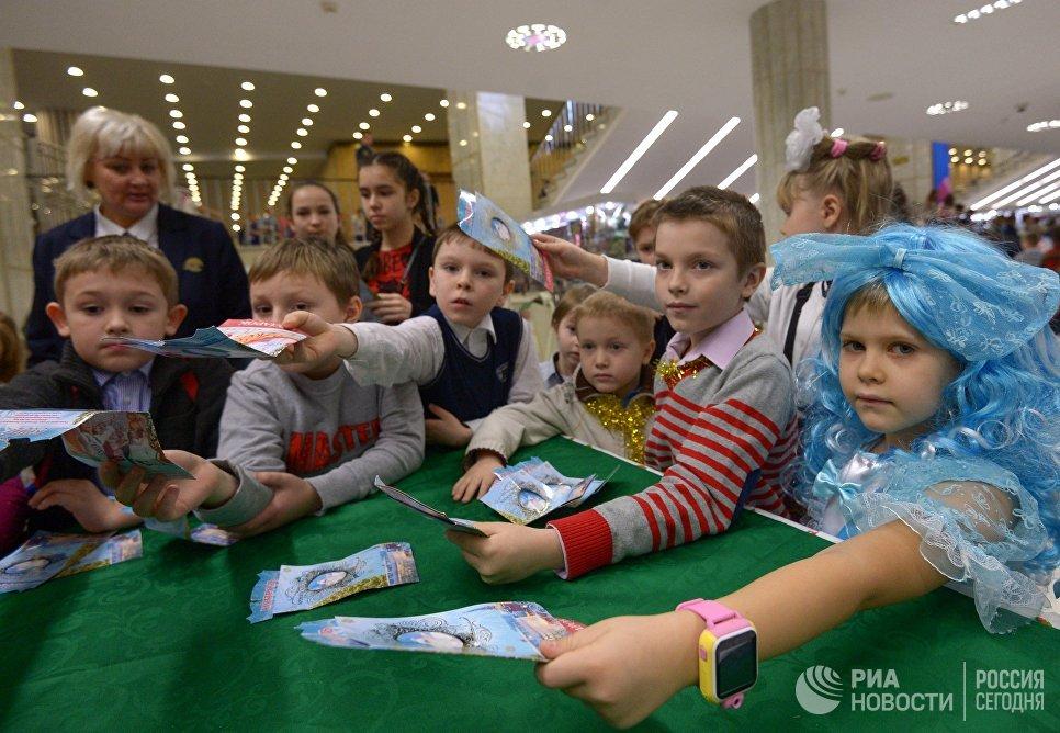 Дети получают подарки после окончания новогоднего представления в Государственном Кремлевском дворце в Москве