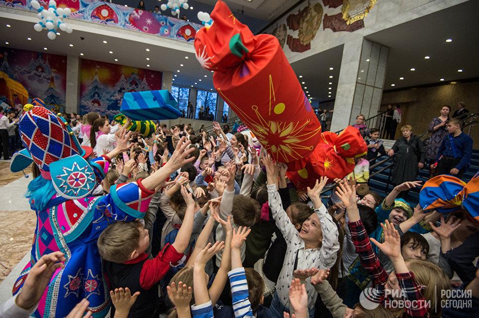 Дети играют с артистами во время новогоднего представления в Государственном Кремлевском дворце в Москве