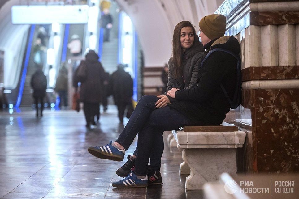 Пассажиры на станции метро Фрунзенская