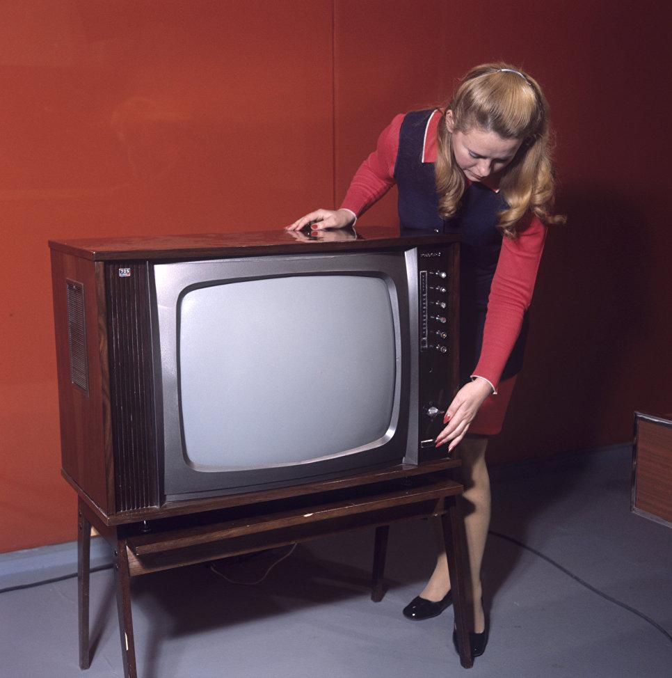 Цветной телевизор Рекорд-705.