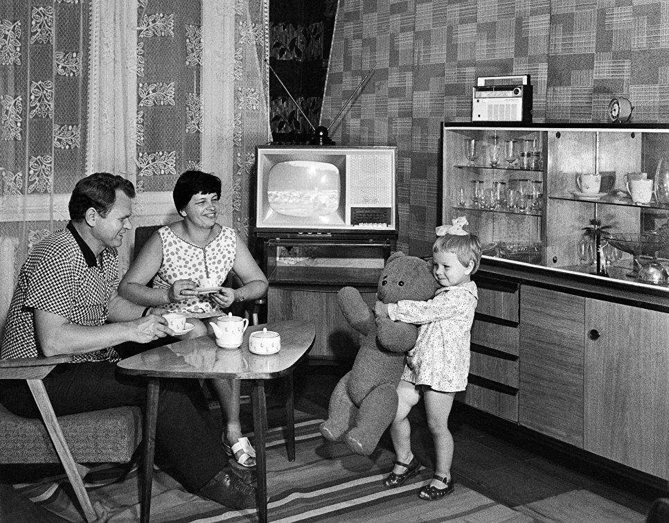 Старший мастер цеха запасных частей предприятия Стройгидравлика Александр Родичев с женой Валентиной и дочкой Оксаной.