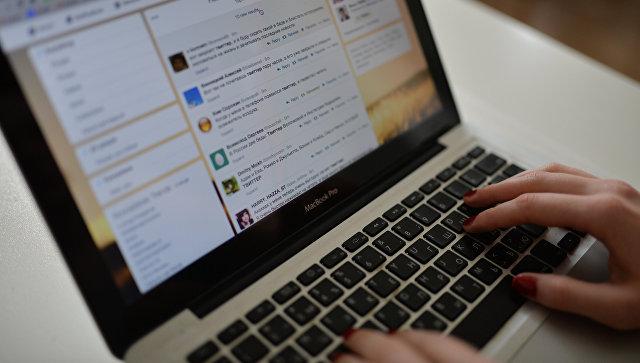 Страница сайта Twitter в окне браузера компьютера. Архивное фото