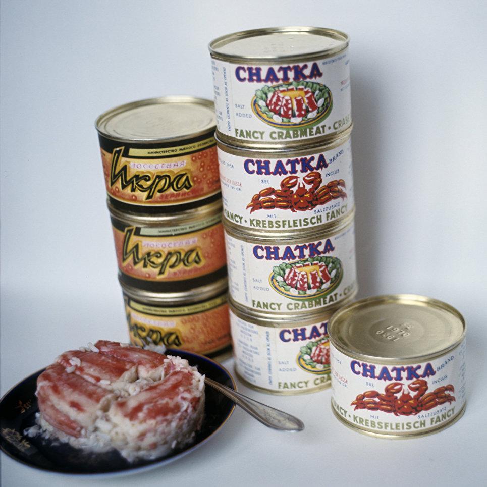 Зернистая икра и крабовое мясо в консервах.