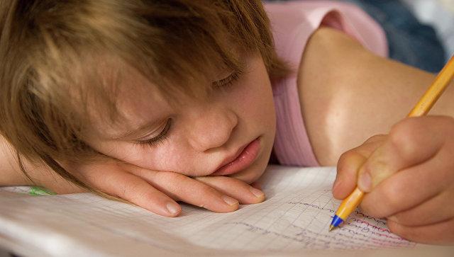 Ребенок с ограниченными возможностями здоровья пишет в тетради