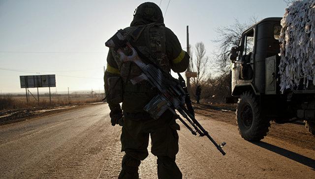 Солдат украинской армии на дороге недалеко от Артемовска,  Архивное фото
