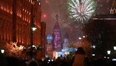 Праздничный салют во время празднования Нового года в Москве. Архивное фото