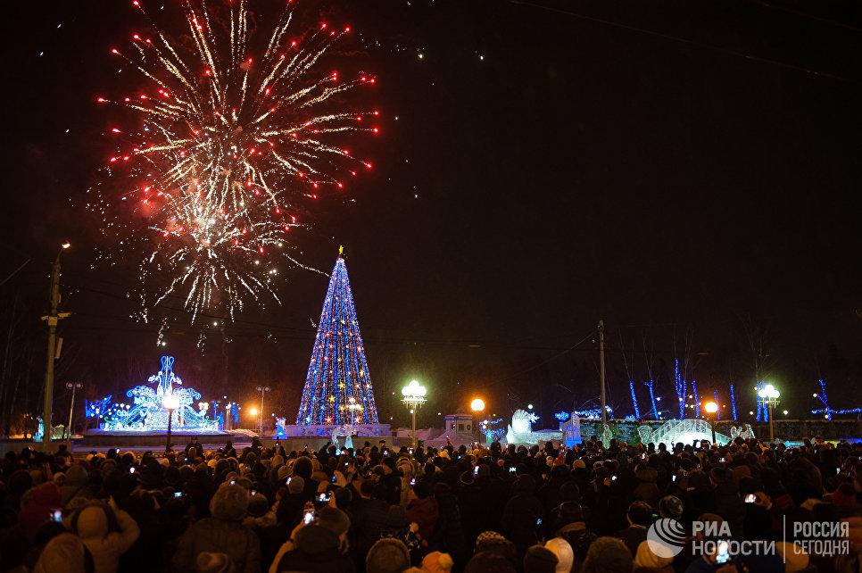Праздничный фейерверк в честь наступления 2017 года на центральной площади в Томске
