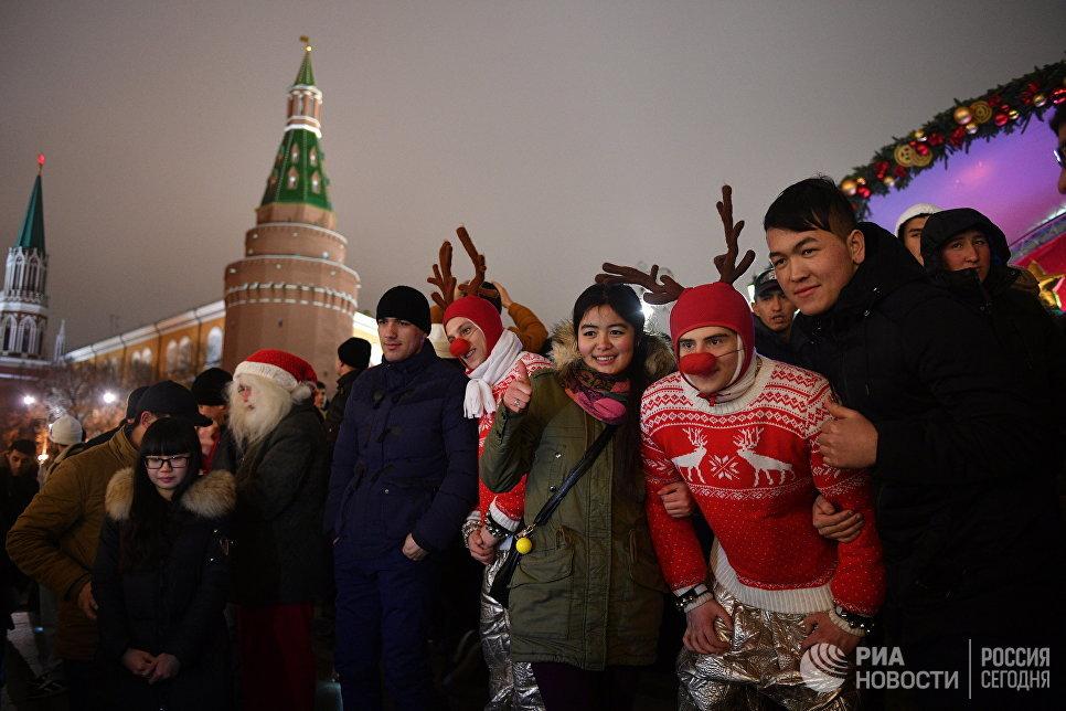 Горожане во время новогодних гуляний в Москве