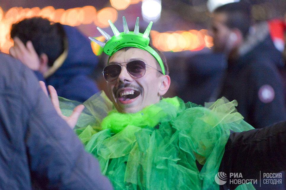 Мужчина во время встречи Нового 2017 года на Театральной площади в Краснодаре
