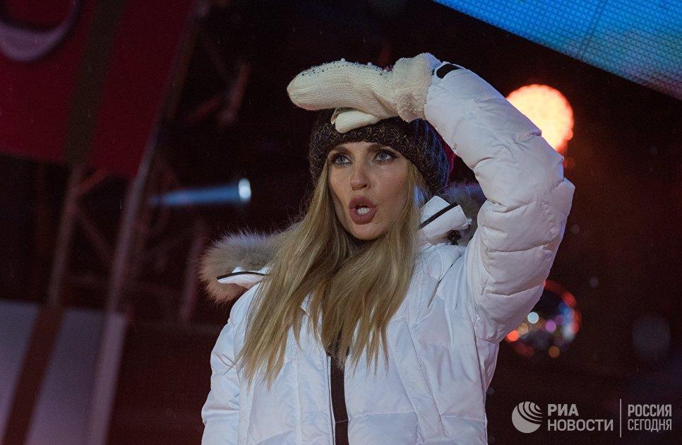 Солистка группы Фабрика Александра Савельева выступает на концерте, посвященном открытию Сочи Казино и Курорт
