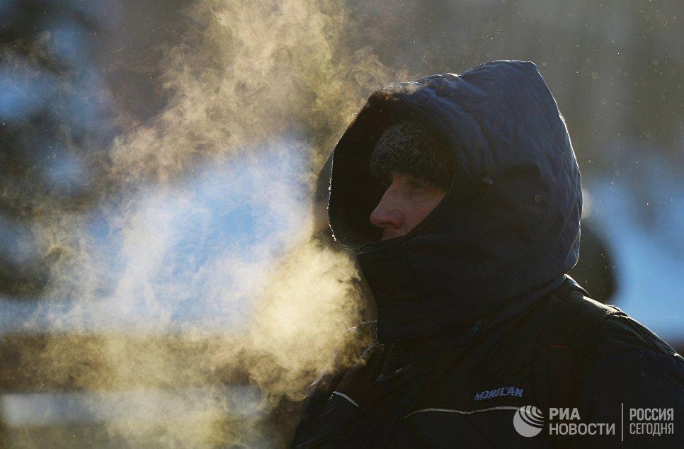 Мужчина на улице Москвы в морозный день
