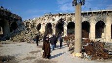 Горожане во дворе Мечети Омейядов в Алеппо, разрушенной в результате боевых действий