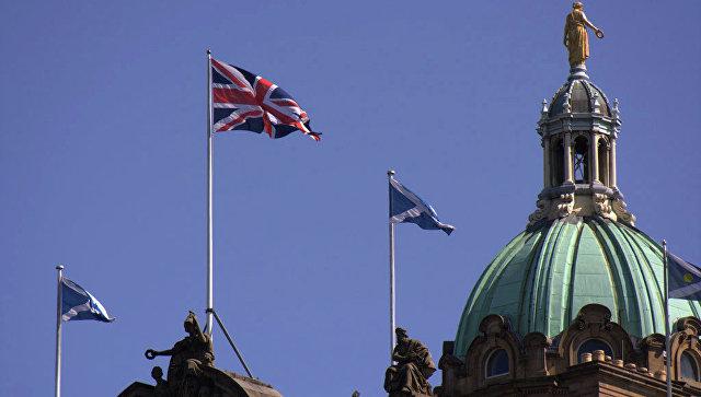 Британский и шотландский флаги на здании банка Lloyds в Эдинбурге
