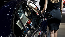 Девушка возле автомобиля. Архивное фото
