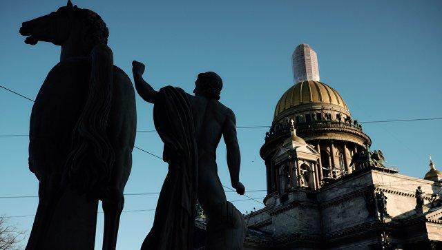 Вид на Исаакиевский собор через скульптуры Диоскуров у ЦВЗ Манеж в Санкт-Петербурге. 11 января 2017