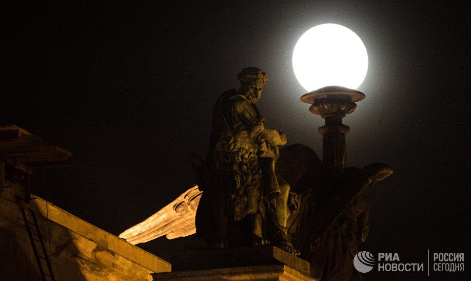 Луна на фоне скульптурных композиций Исаакиевского собора в Санкт-Петербурге