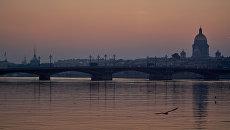 Вид на Благовещенский мост и Исаакиевский собор на рассвете в Санкт-Петербурге. архивное фото