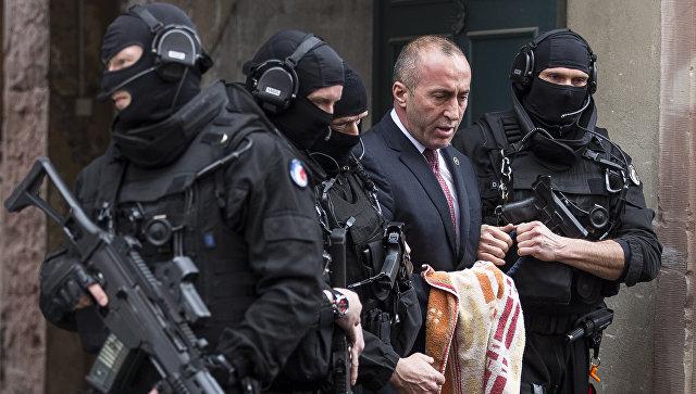 Бывший премьер-министр Косово Рамуш Харадинай у здания суда города Кольмар во Франции