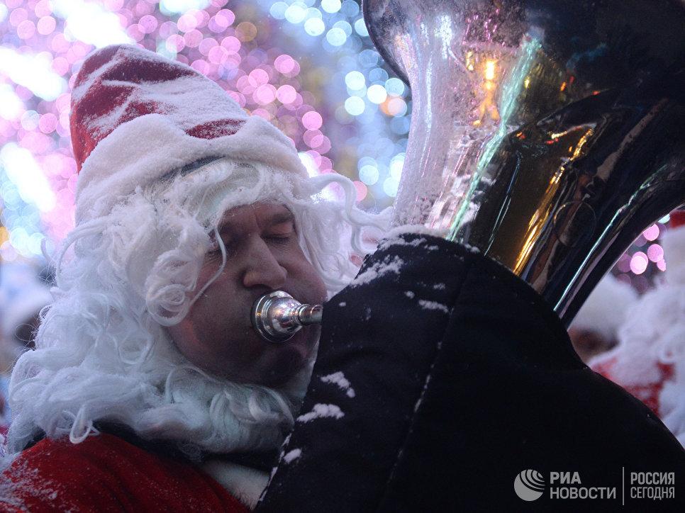 Музыкант-участник торжественного шествия во время парада Снегурочек в Москве